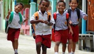 liat pada riang gembira gini mau sekolah :)